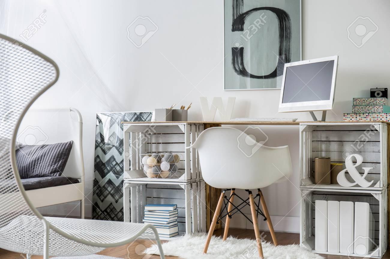Moderne conçu un espace de travail avec bureau en boîtes en