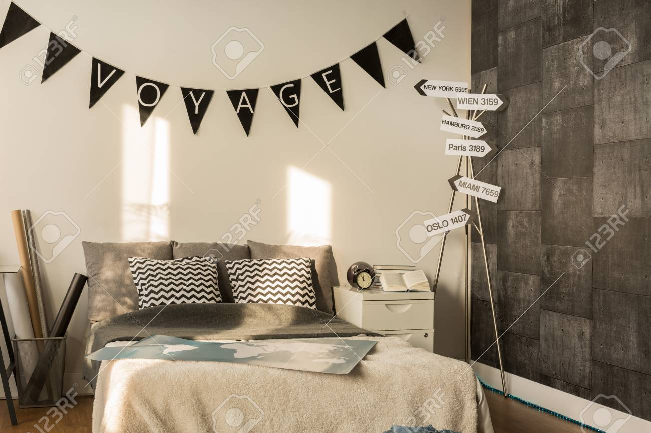 Camera da letto con letto matrimoniale e carta da parati decorativi.