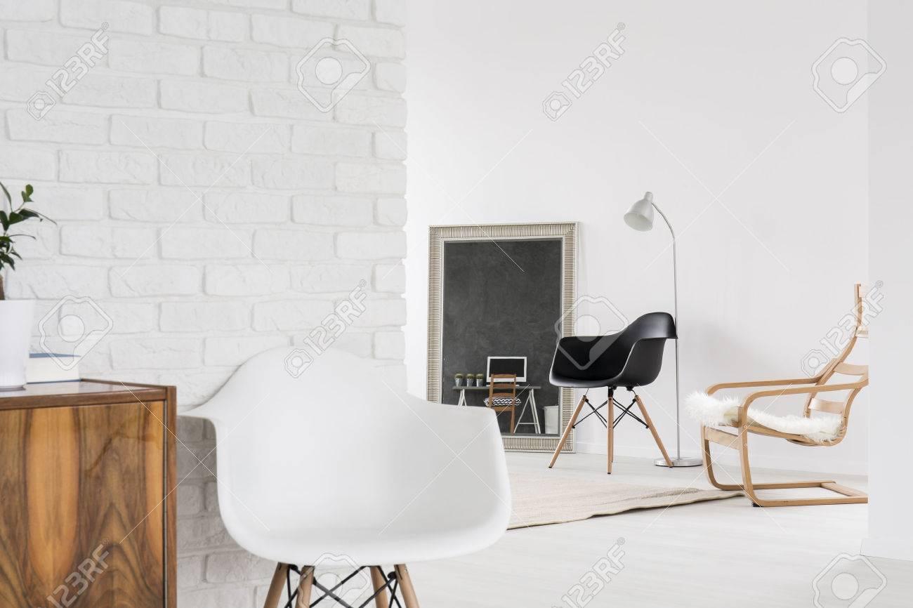 Weißer Innenraum Mit Bequemen Stühlen, Holzmöbeln Und Dekorativen ...