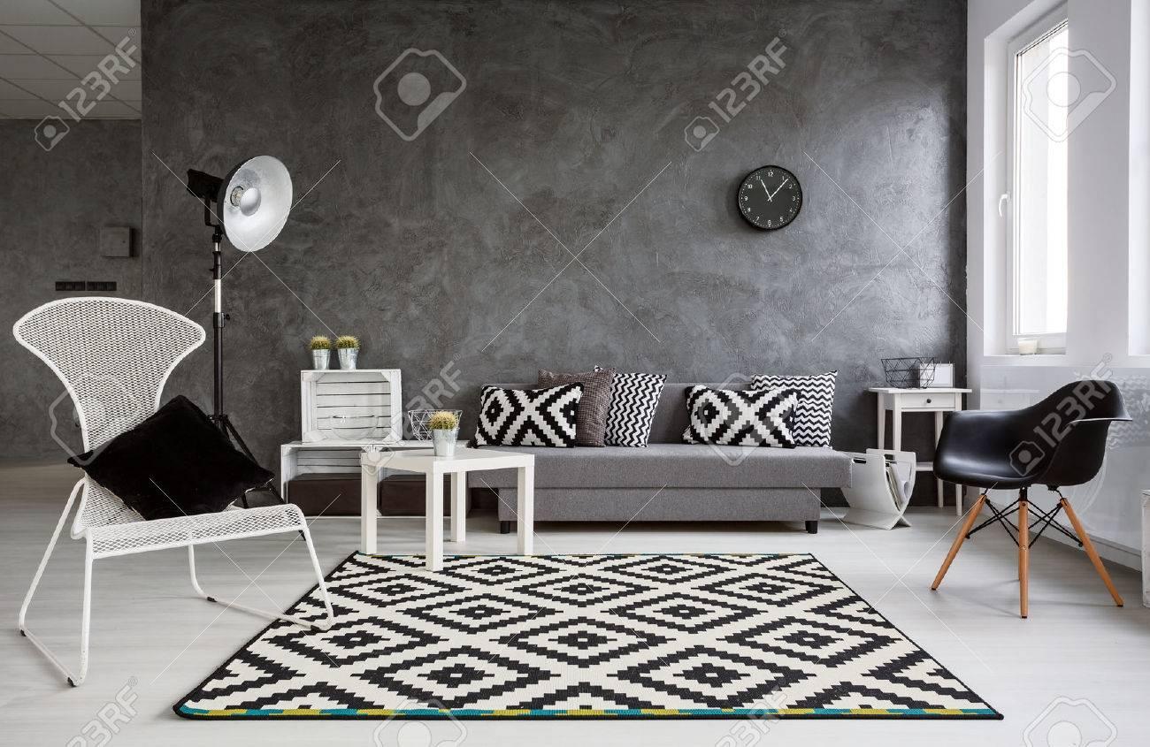 Dekorative Bilder Wohnzimmer ~ Grau wohnzimmer mit sofa sessel stehlampe muster teppich und
