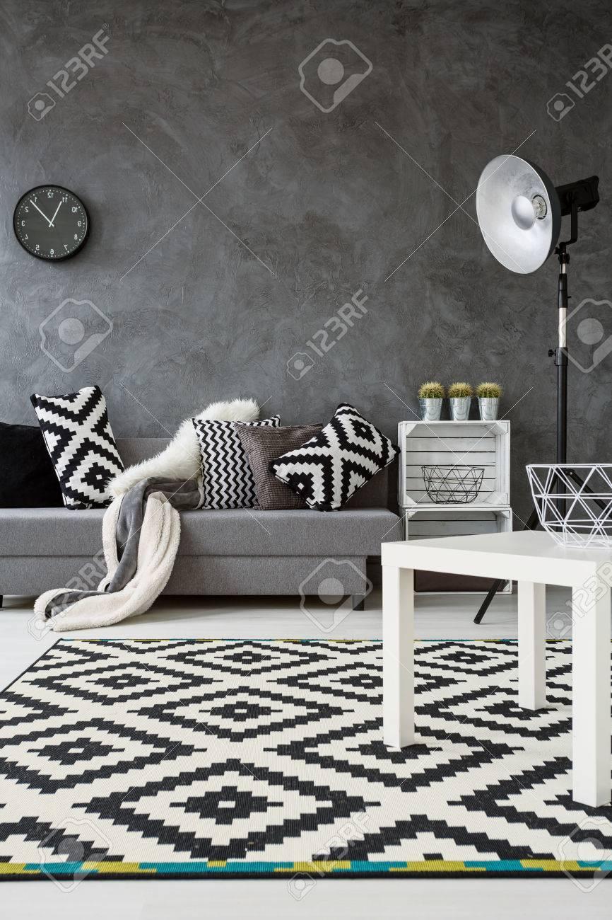 Grau Wohnzimmer Mit Sofa Stehlampe Kleine Weisse Tisch Und Neu