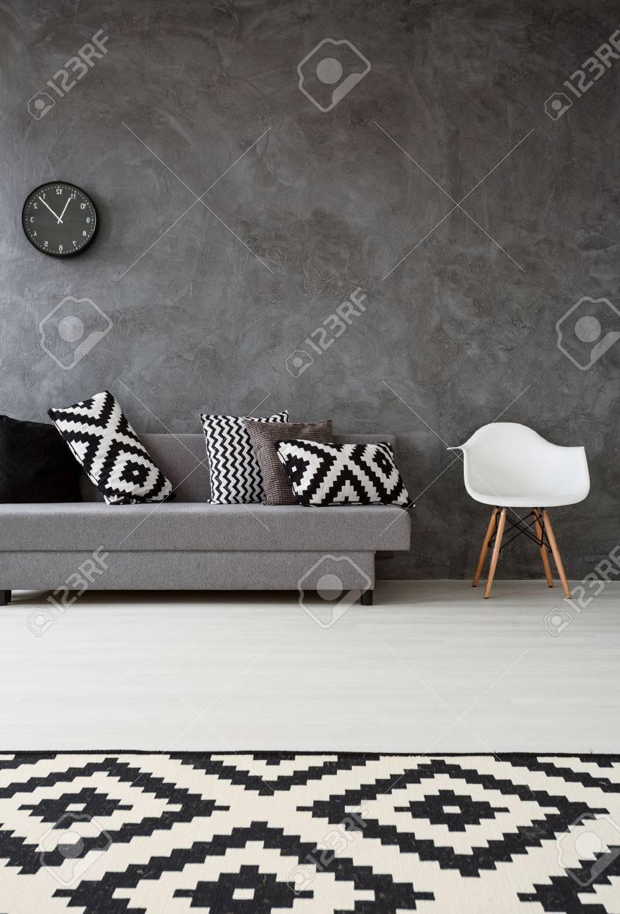 Grau Wohnzimmer Mit Sofa, Sessel, Muster Teppich Und Kissen In Schwarz Und  Weiß Standard