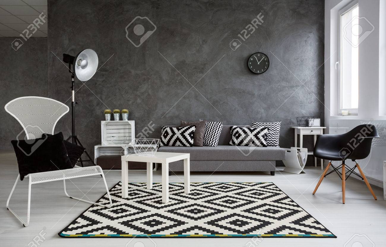 Grau Raum Mit Sofa, Bequeme Stühle, Stehlampe, Kleine Holztisch Und  Stilvolle Muster Dekorationen