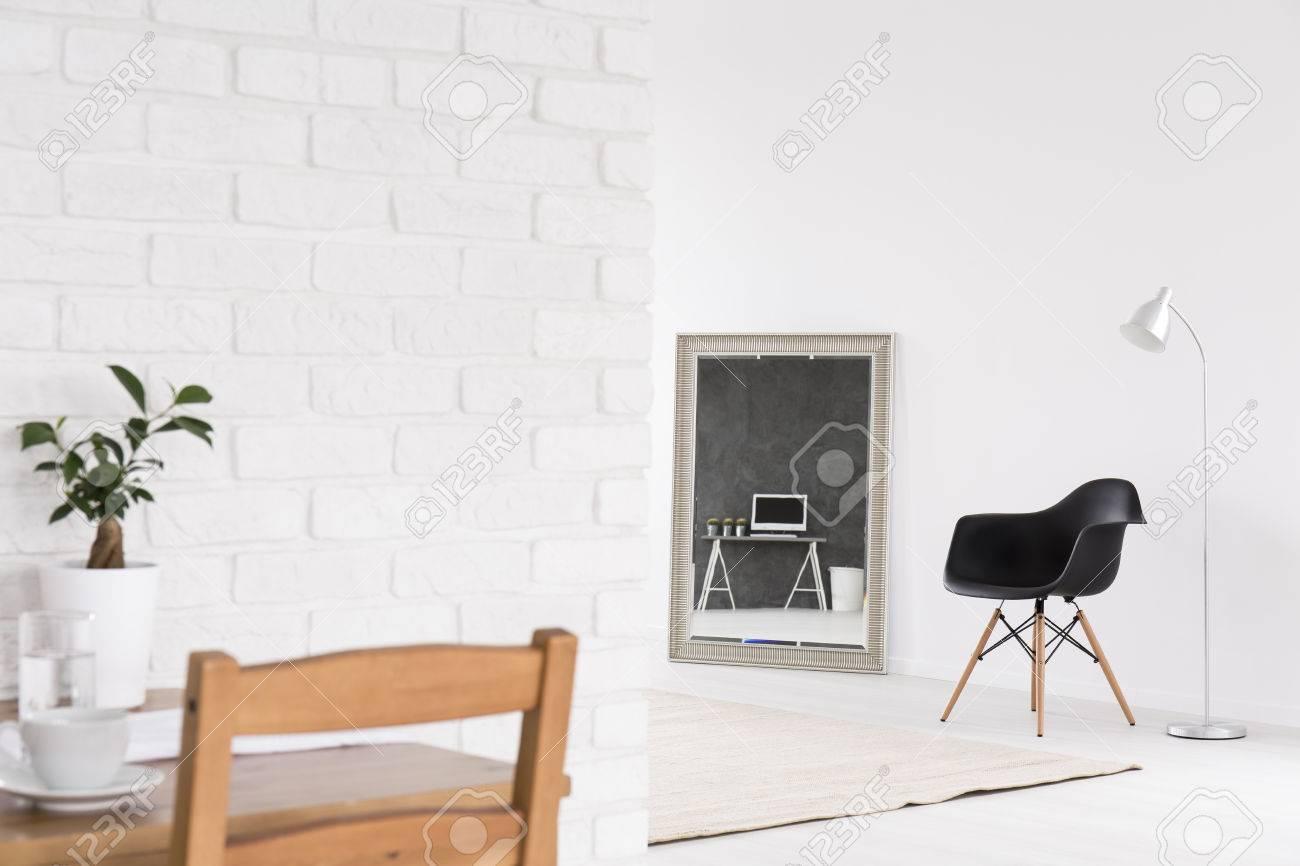 Innenausstattung Mit Dekorativem Spiegel, Stühlen, Stehlampe ...