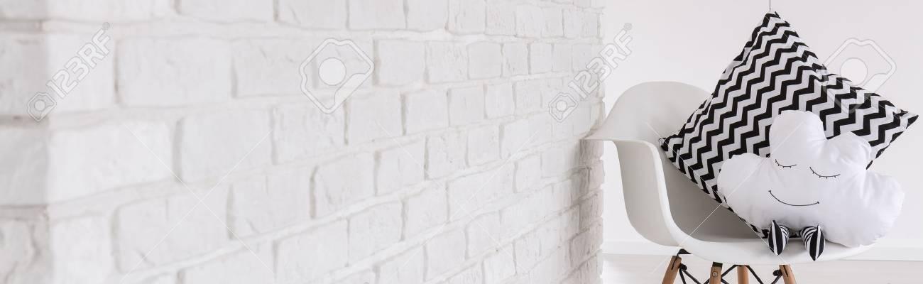 Weißer Stuhl Mit Dekorativen Baby Kissen Licht Inter Panorama