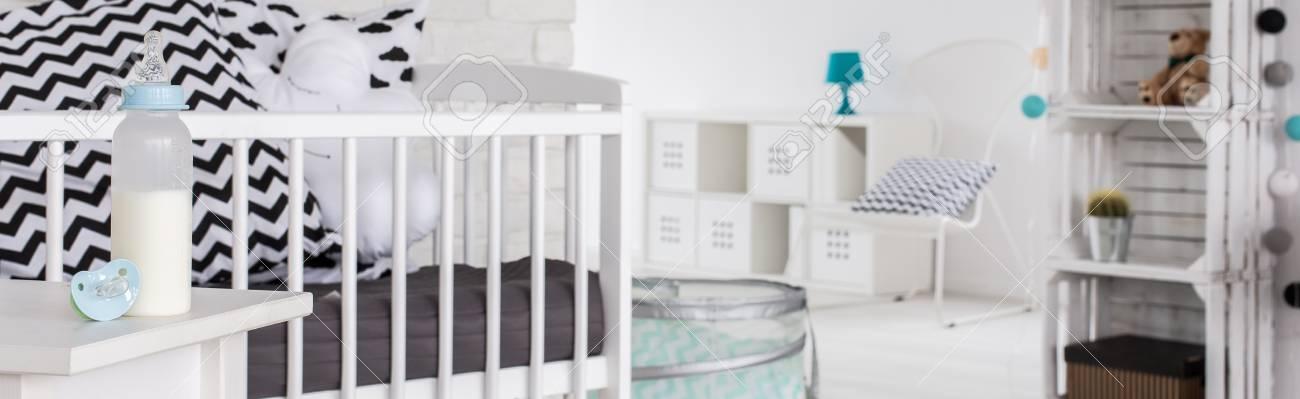 Cierre De Cuna Blanca En La Habitación Del Bebé, Muebles De Estilo ...