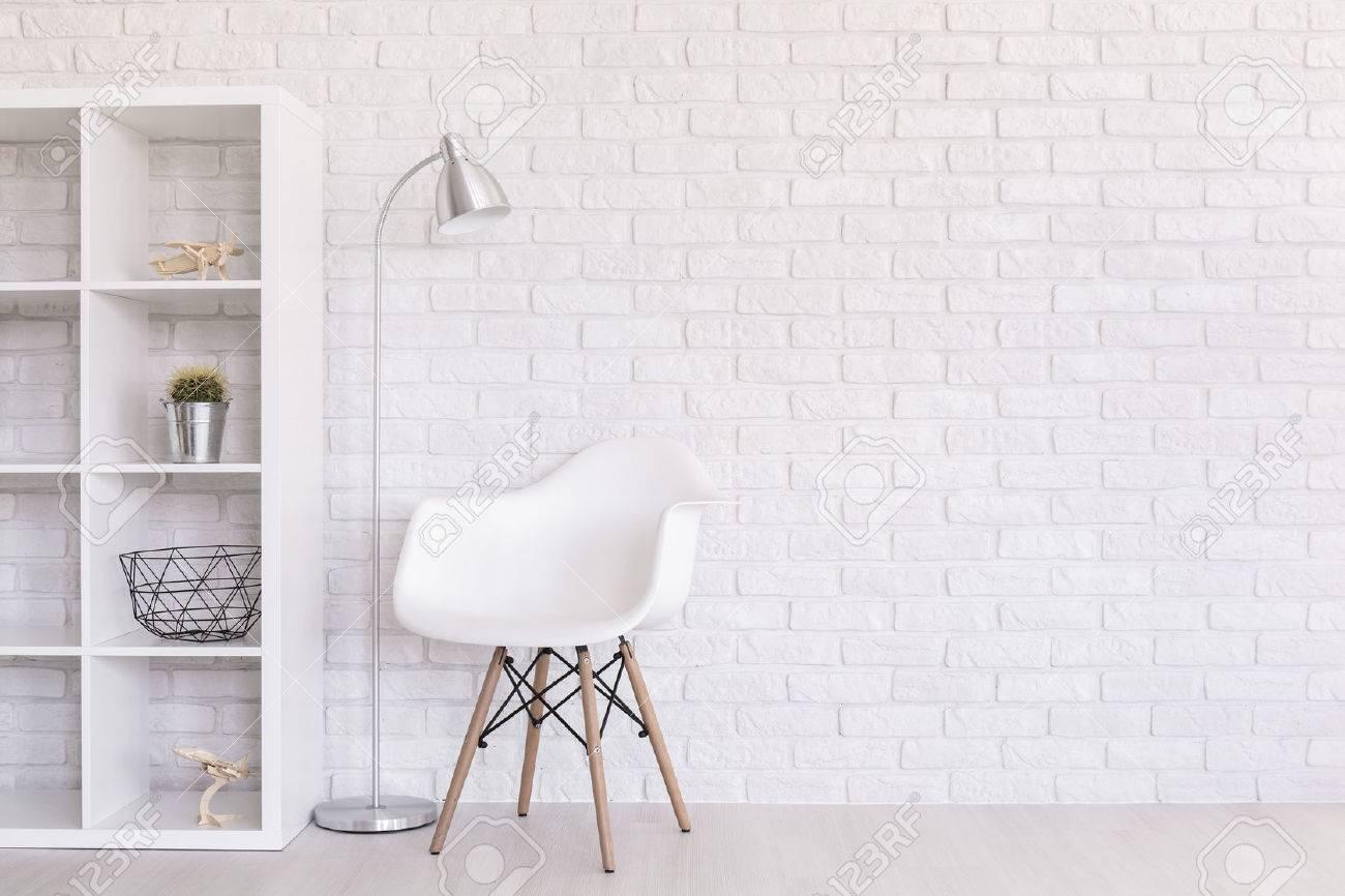 Weiß Planieren Mit Wohnraumausstattung, Stehlampe Und Moderner Stuhl ...