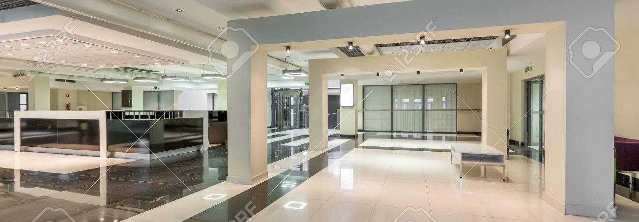 Couloir élégant blanc et gris avec un sol brillant sur l\'université moderne