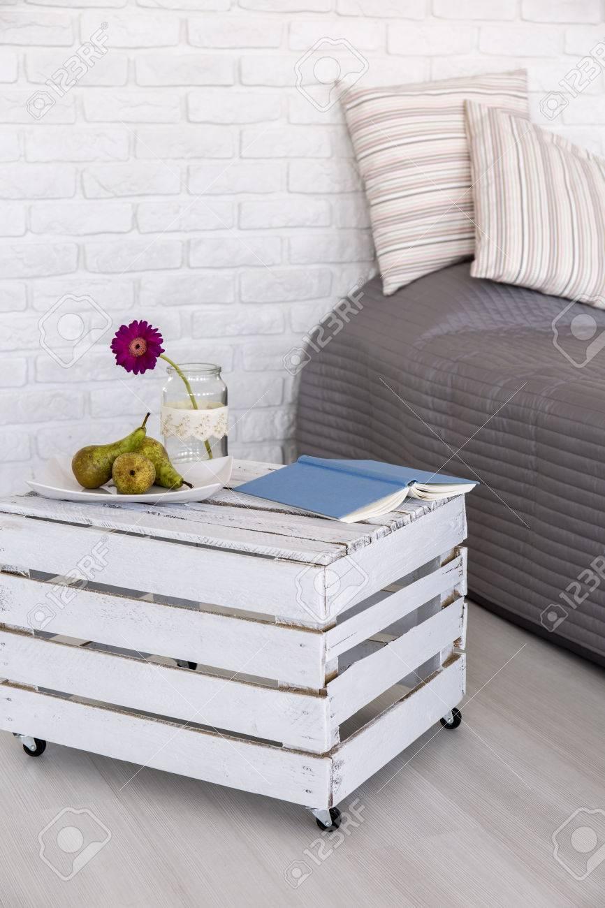 Helle Schlafzimmer Mit Weissen Mauer Bett Mit Grauer Bettwasche Und
