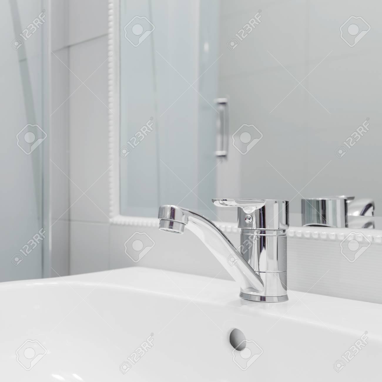 Gros Plan De Lavabo Blanc De Haute Qualité Avec Un Simple Robinet