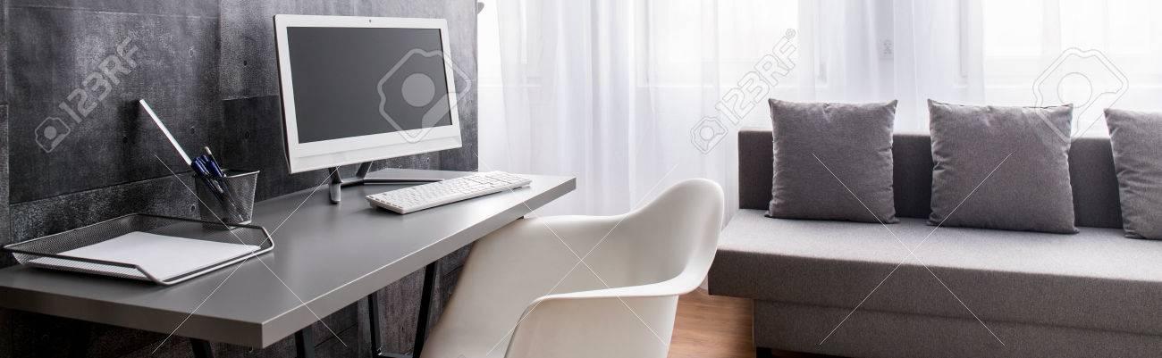 Standard Bild   Stilvoll Dekorierte Büro Mit Schreibtisch Und Computer In  Der Modernen Geräumigen Wohnzimmer