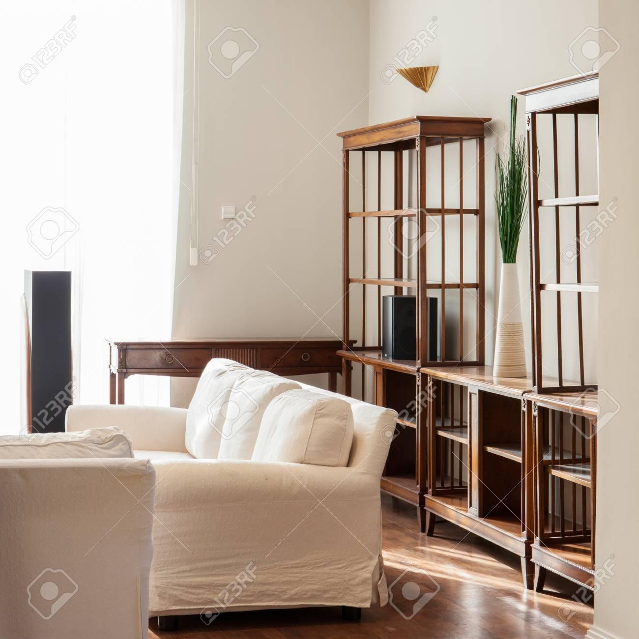 Helle Familienzimmer Mit Holzboden Und Weißen Couch Lizenzfreie ...