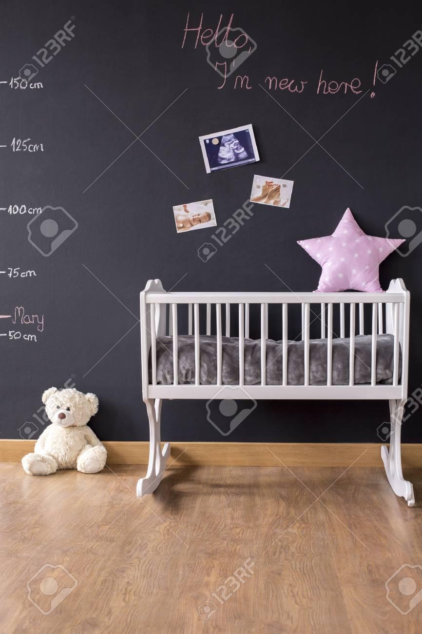 Prise de vue d\'une chambre moderne de bébé avec un mur tableau noir