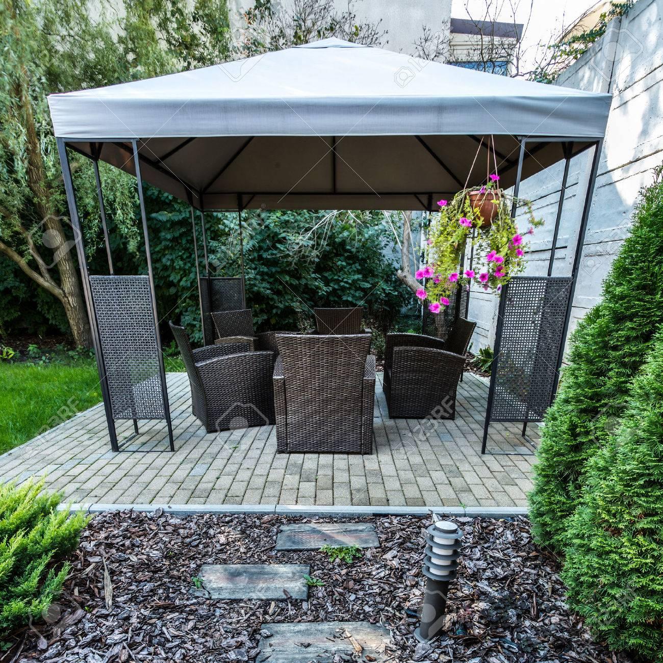 Vertikale Ansicht Der Schönheit Garten Mit Korbmöbel Lizenzfreie