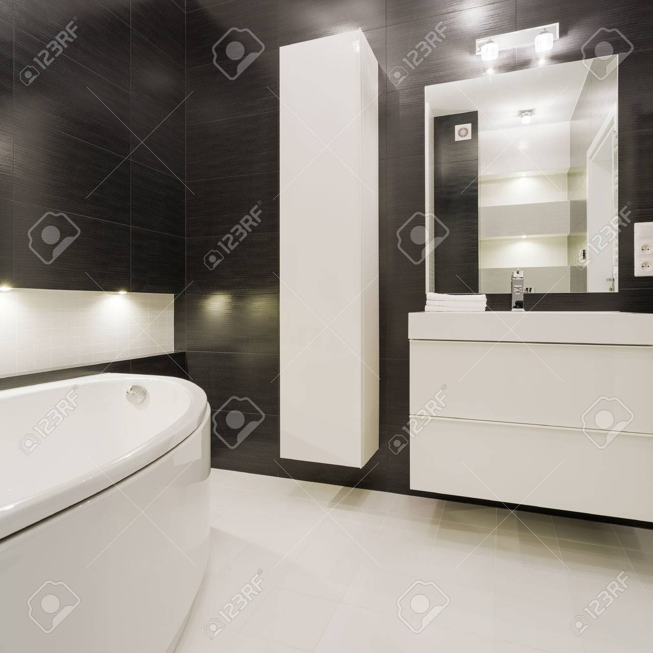 Cuarto De Baño Blanco Y Negro En El Diseño Moderno Fotos, Retratos ...