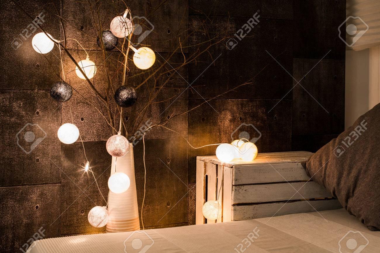 Geerntetes Bild Von Einem Bett Und Einer Lampe In Einem Gemutlichen