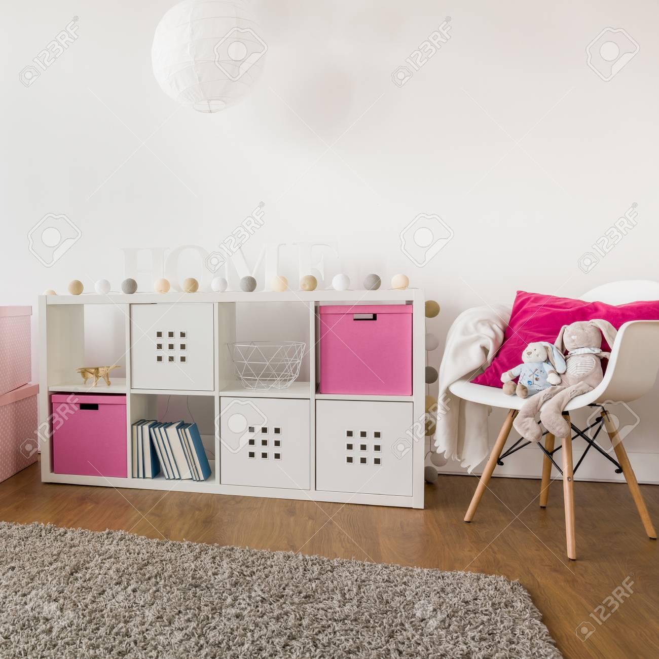 Chambre blanche et rose pour le bébé