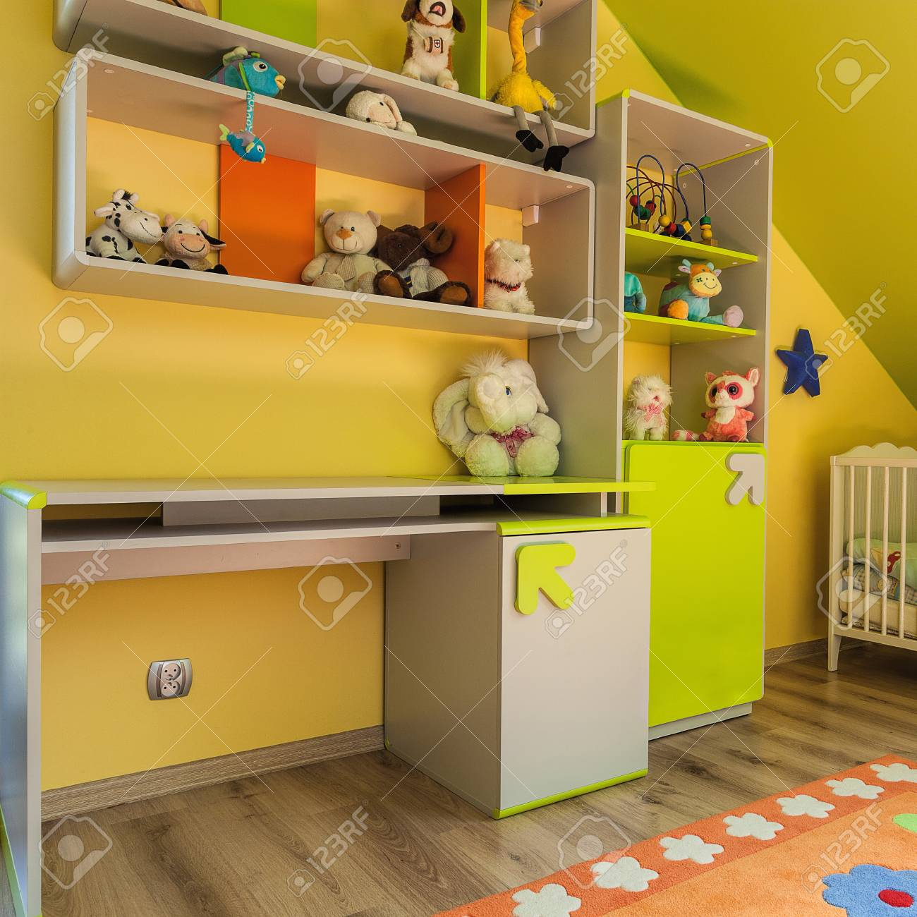 Appartement urbain - chambre verte et jaune bébé