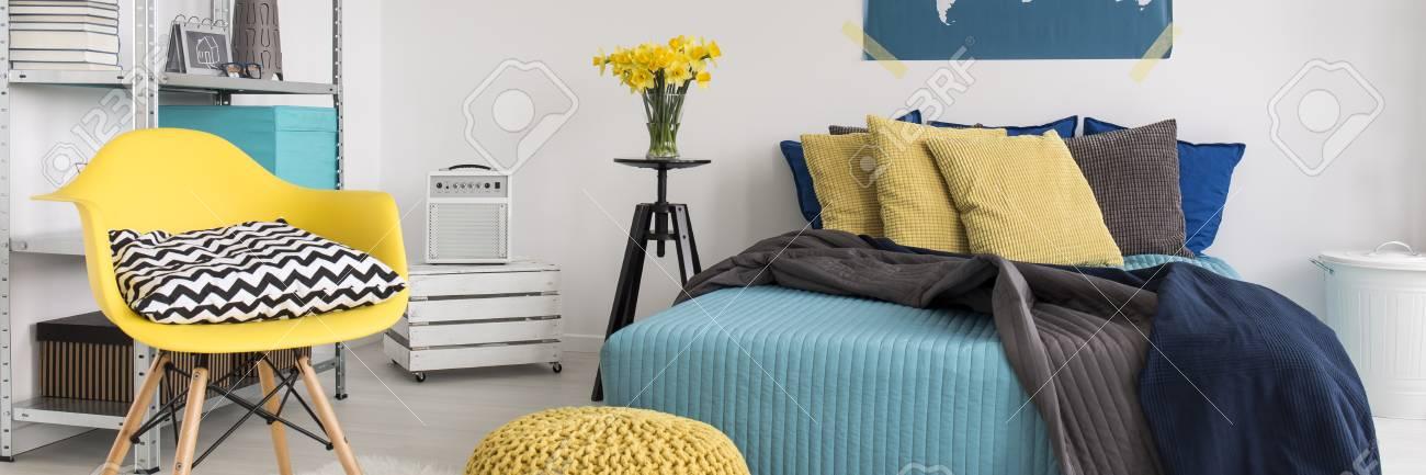 Standard Bild   Weißes Modernes Schlafzimmer Mit Gelb Und Türkis  Dekorationen