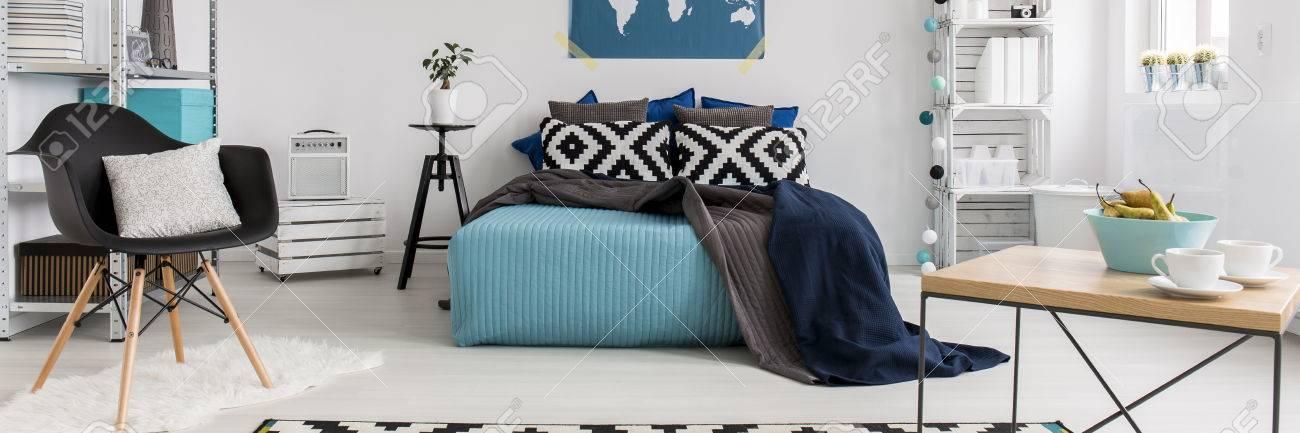 Modernes Unbedeutendes Türkis Und Weiß Schlafzimmer Mit Doppelbett  Standard Bild   56473936