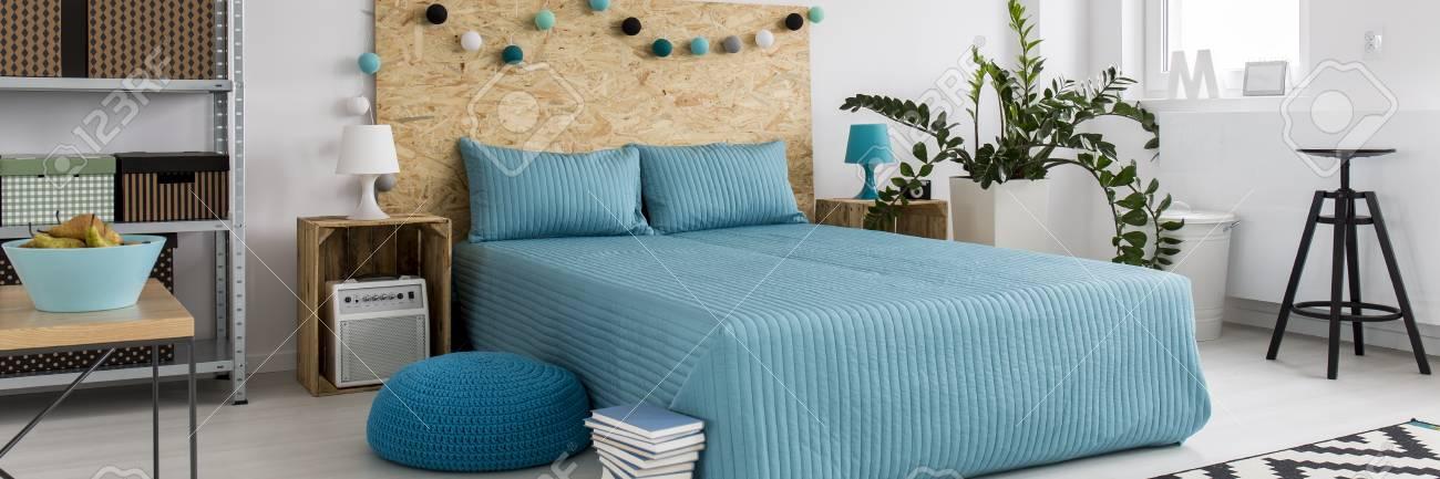 Loft Design Schlafzimmer Interieur Mit Holz  Und Metallmöbel Standard Bild    56473940