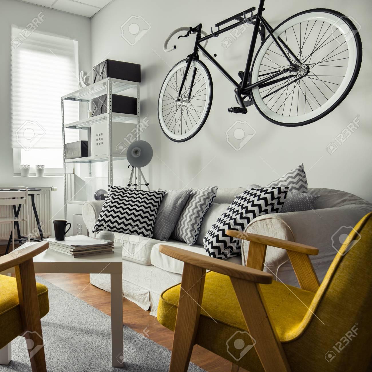 Fahrrad An Der Wand Hangen Im Wohnzimmer Lizenzfreie Fotos Bilder