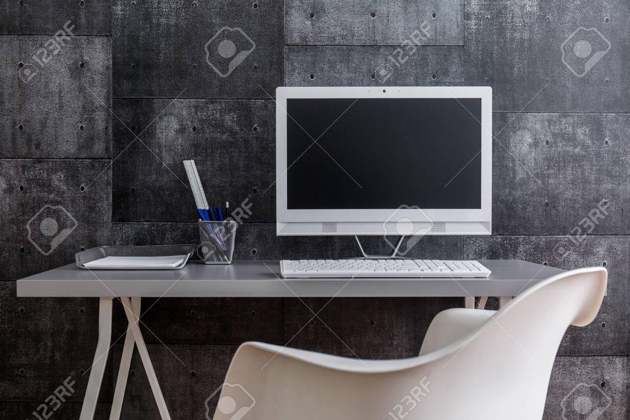 Plan dun ordinateur de bureau moderne avec accessoires debout par