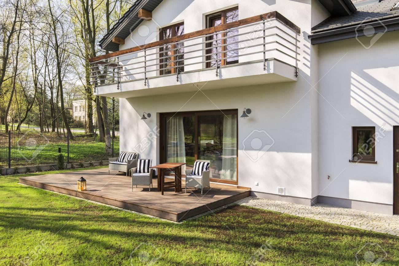 Shot Eines Modernen Weissen Einfamilienhaus Mit Terrasse Lizenzfreie