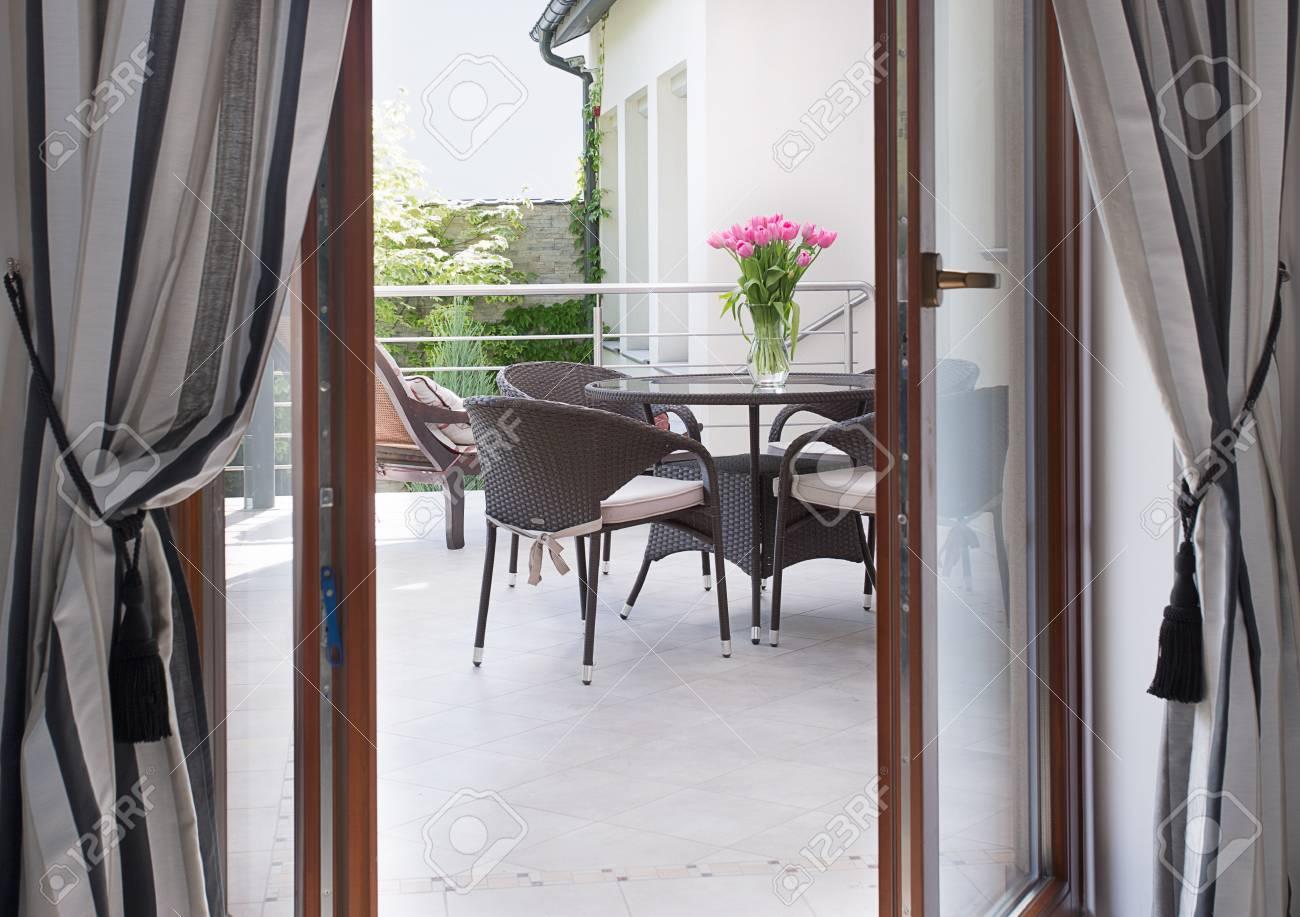 Close Up De La Porte Ouverte A Une Terrasse Agreable Banque D Images