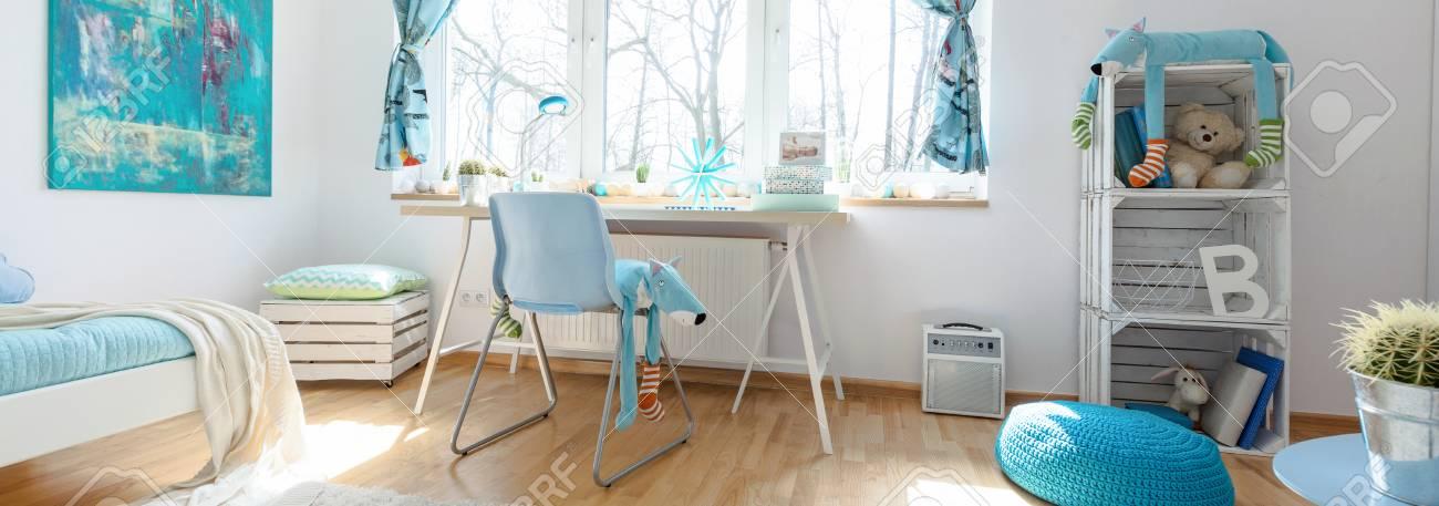 banque dimages chambre denfant en bleu et blanc avec bureau simple chaise lit et regale en bois fait la main