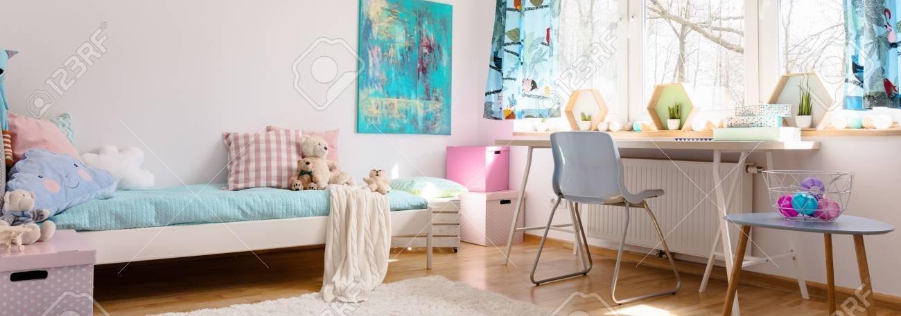 Chambre Enfant Légère Avec Détails Aux Couleurs Pastel, Lit Simple ...