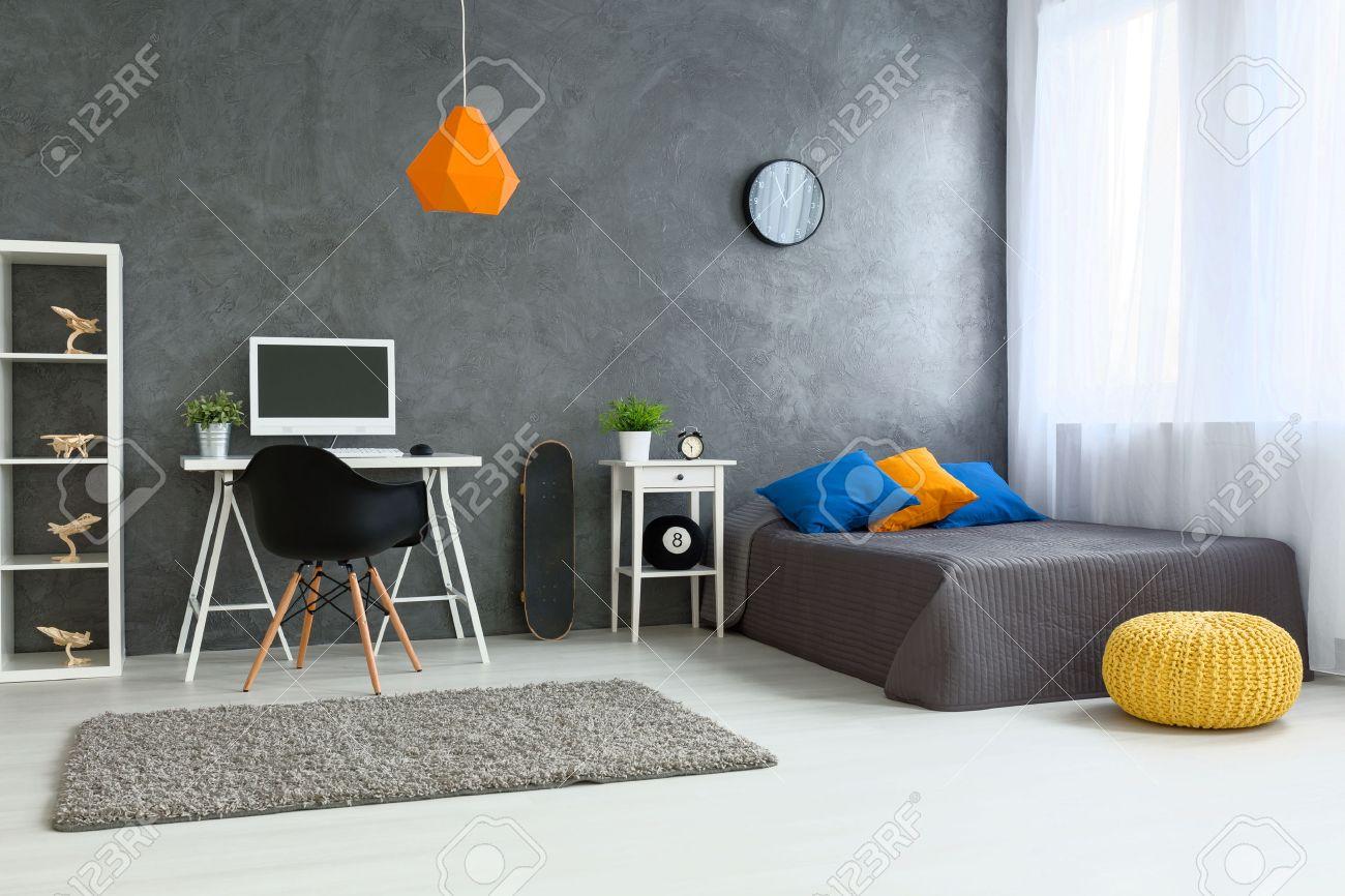 Gemütliche Stilvolle Zimmer Für Teenager Entworfen. Graue Wände Und  Holzboden. An Der Wand Skate