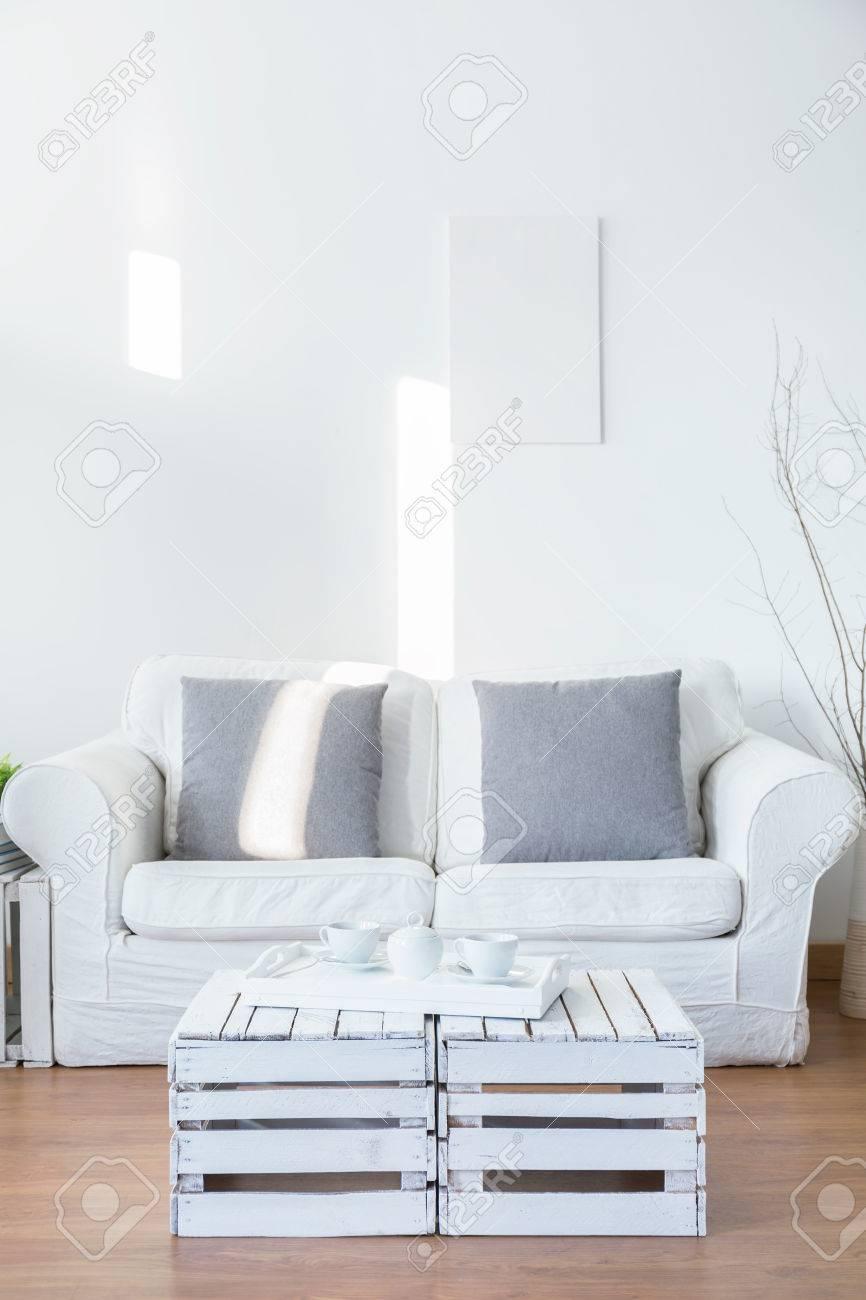 blanc salon avec un petit canape pour deux personnes en face de canape blanc table basse avec plateau banque d images et photos libres de droits image 57237067
