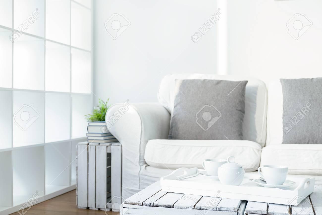 Accogliente Salotto Bianco In Stile Scandinavo. Sul Vassoio Tavolino ...