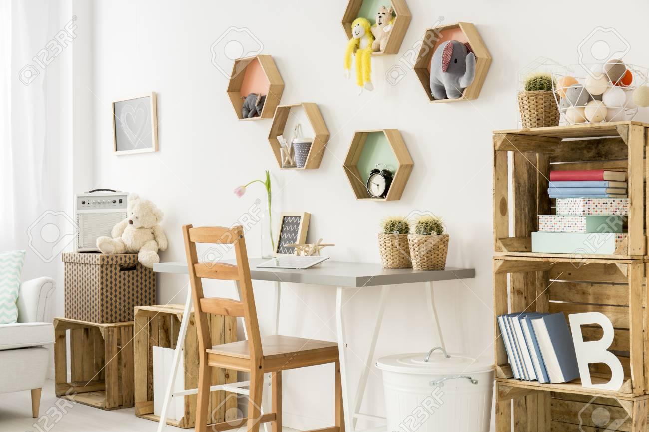 Disparo de un cuarto de los niños modernos llena de muebles de madera