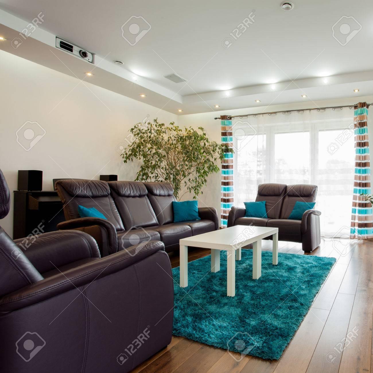 Photo de beau salon contemporain avec canapé et des chaises