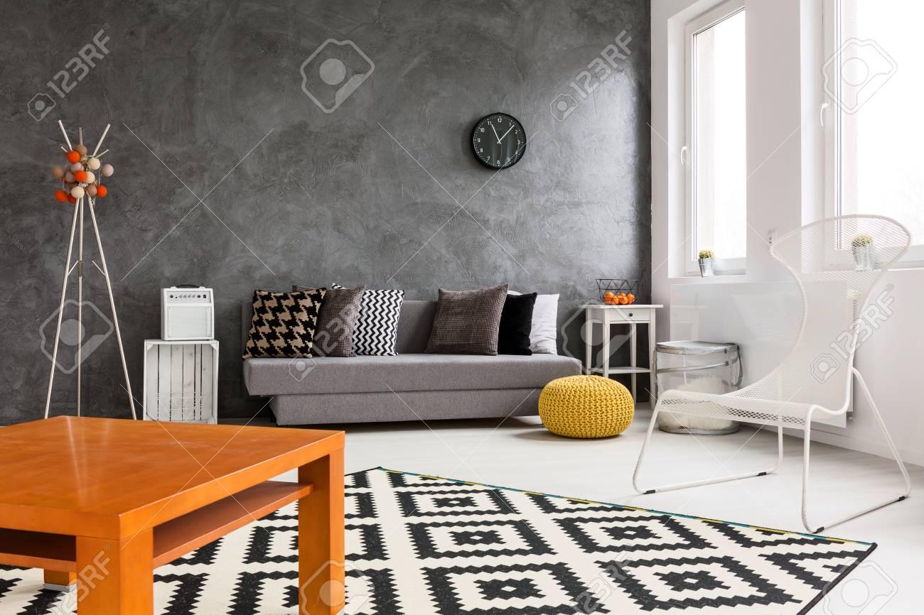 Kreatives Design Der Geräumigen Wohnzimmer Mit Schwarz, Weiß Und ...