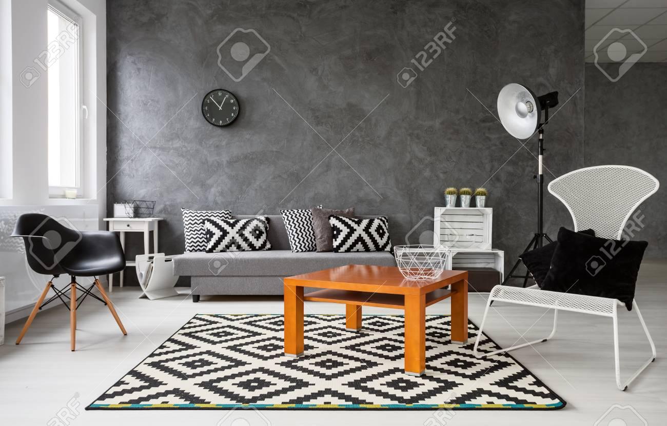 Grand Salon Decore Dans Des Couleurs Noir Et Blanc Dans La Table Basse Orange