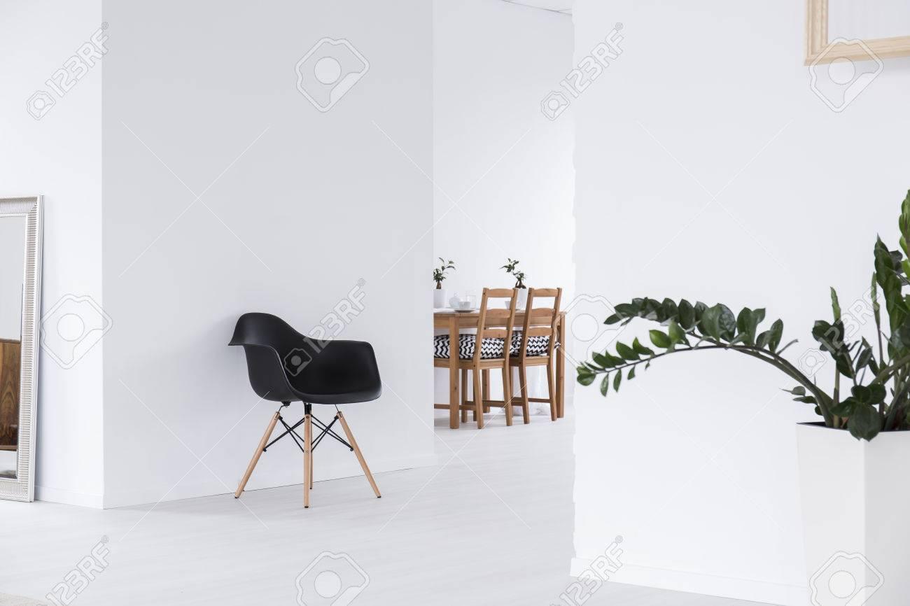 Weiß offener raum interieur im minimalistischen modernen haus