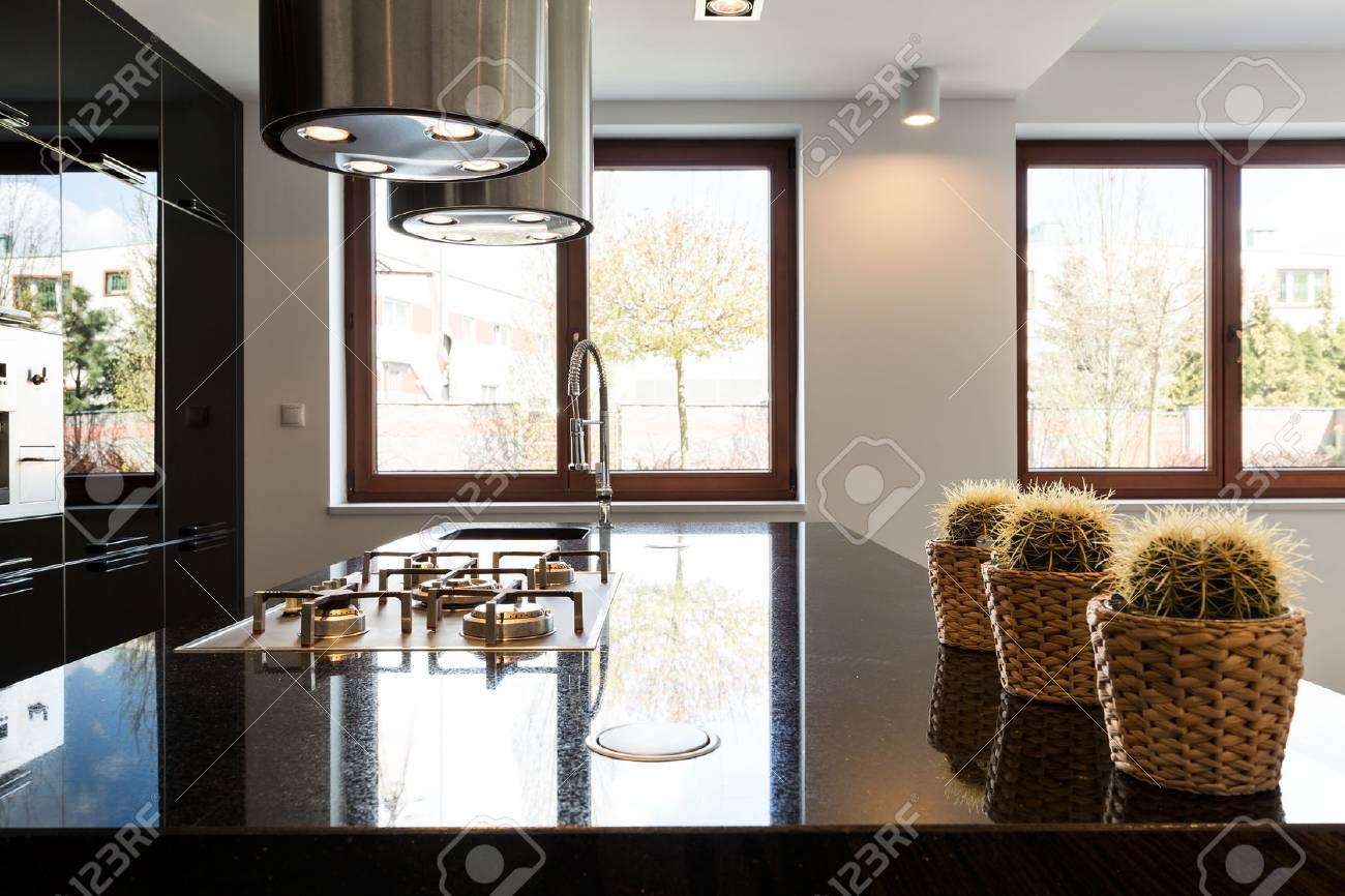 Schöne Und Luxuriöse Schwarze Hochglanzküche In Neuer Villa ...
