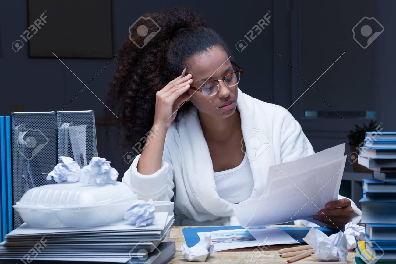 Tir d un élève de réviser pour l examen tard dans la nuit assis à