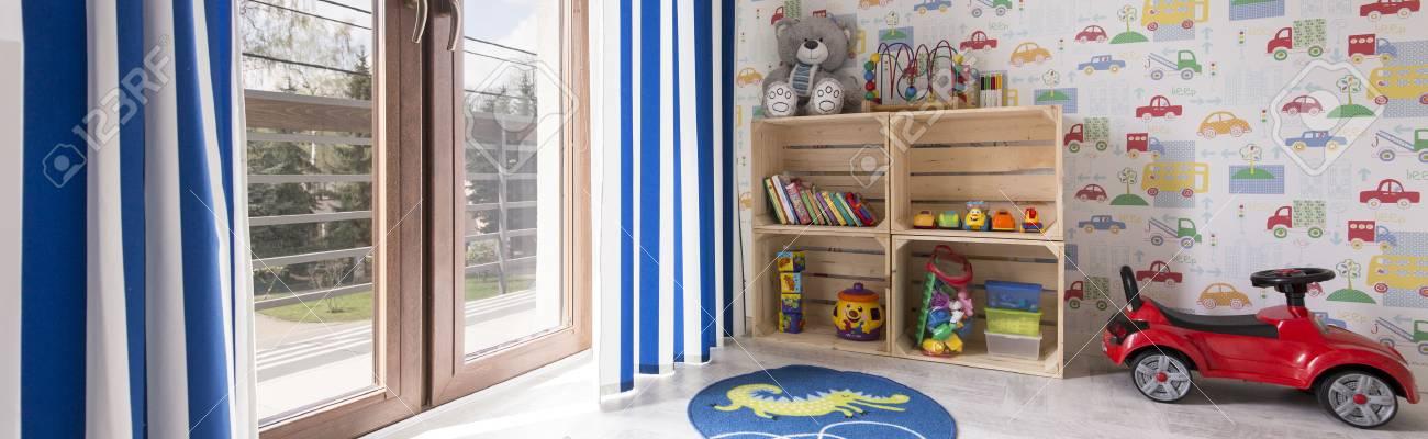 Chambre Enfant Pour Un Garcon Avec Des Jouets Et Le Papier Peint Avec Des Voitures