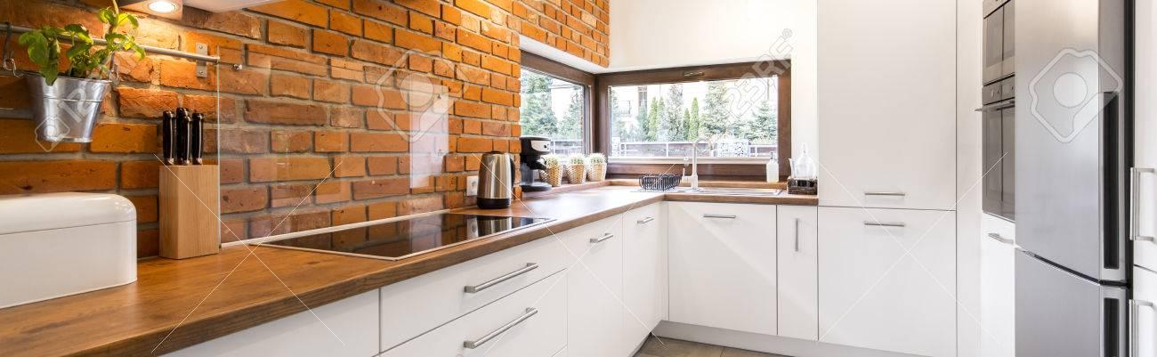 Modern, Design-Küche Mit Ziegelmauer Und Holzarbeitsplatte ...