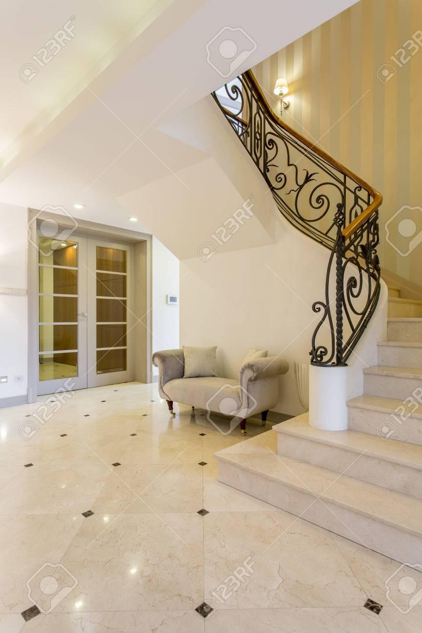 Sehr Licht Flur Mit Glänzenden Fliesen Und Schöne Treppe Lizenzfreie BO14