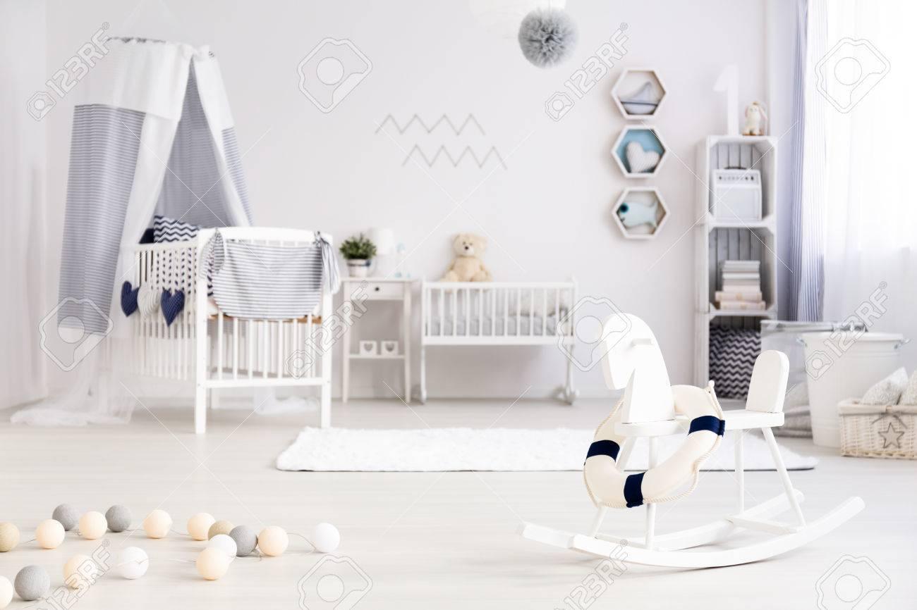 Cuarto De Bebé Hermosa Luz Con El Pesebre Blanco Y Azul Marino ...