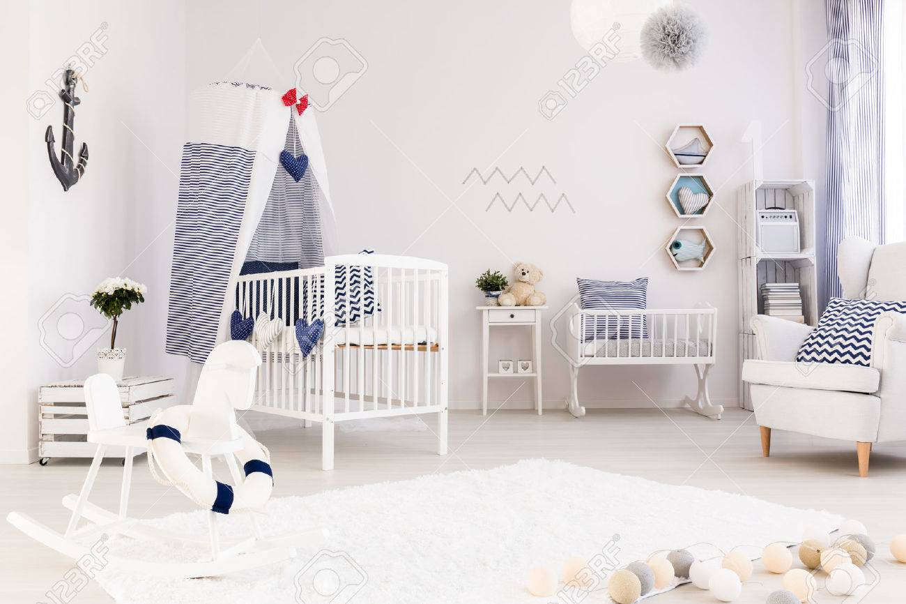 Habitación Del Bebé Amplia Con Muebles Sencillos De Blanco Y ...