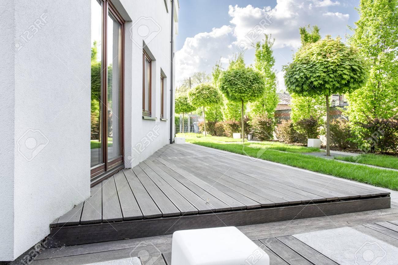 Standard Bild   Weiße Moderne Villa Mit Terrasse Und Garten
