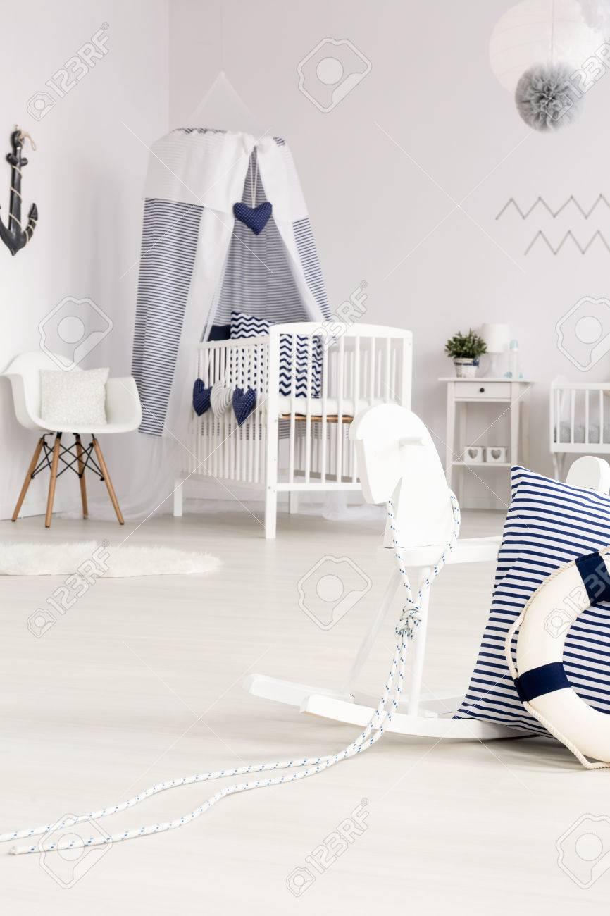 Belle Chambre De Bébé Blanche Avec Berceau Et Cheval à Bascule Avec ...