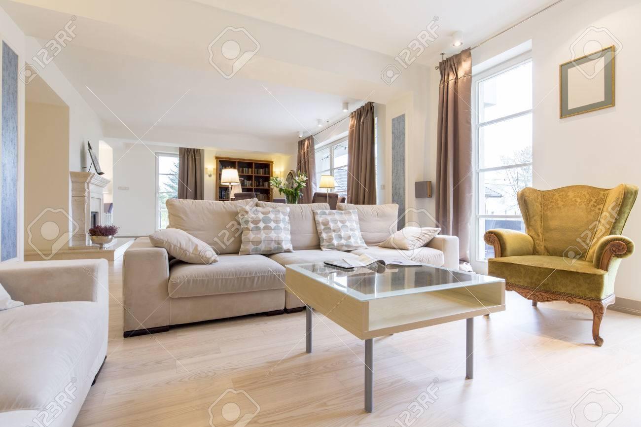 Licht Und Ein Gemütliches Wohnzimmer Mit Einem Bequemen Sofa, Einen Kleinen  Tisch Und Viktorianischen Sessel