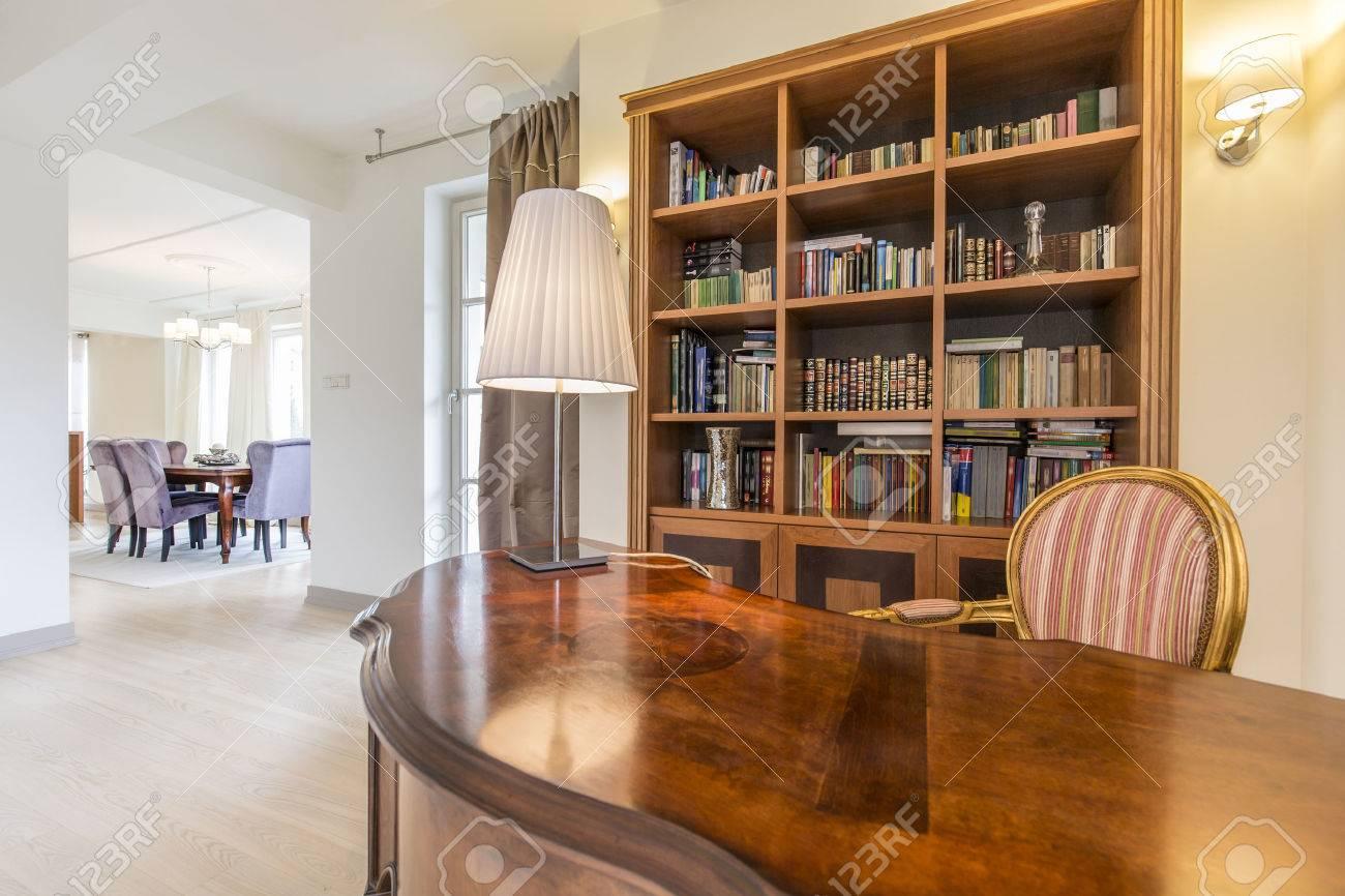 Villa spacieuse avec bureau ouvert en style colonial avec
